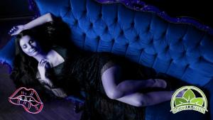 Cannapita, donna sensuale e vogliosa distesa sul divano con davanti il logo di Oasi della Canapa